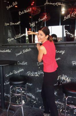 Monica davanti alle firme dei suoi idoli
